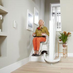 L'installation d'un monte escaliers pour faciliter l'accès aux étages